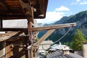 """Partie supérieure de l'habitation en bois appelée """"fuste"""" équipée d'un monte charge à foin ou a grains."""