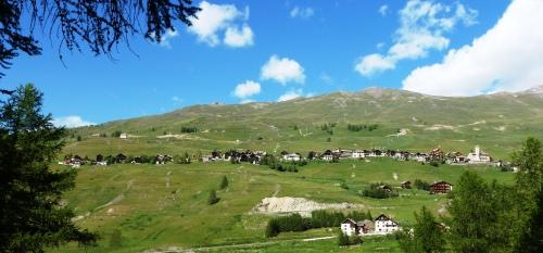 Le village de Saint-Véran vu du Bois du Moulin - Partie haute flanquée en une longue rue sur l'adroit.