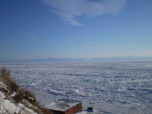Le lac Baïkal en hiver, vu de Listvianka - Au fond, les montagnes Bouriates.