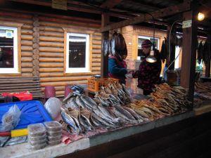 Omouls à l'étalage sur le marché de Listvyanka