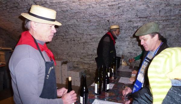 Dégustation avec les représentants du domaine Daniel Dugois dans une cave à Conliège