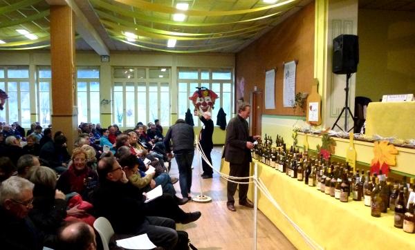 Vente aux enchères de vieux millésimes de vins et marc du Jura - 1er février 2014 - 250 bouteilles, la salle des fêtes de Conliege pleine et Jean Bourdy aux commandes.