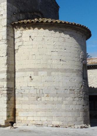 """Chevet édifié en pierre de taille, assemblées dans sa partie inférieure et centrale en """"opus monspelliensis"""""""