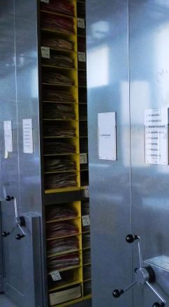 Les armoires fixes d'origine à casiers fermés ont été remplacées par des blocs mobiles à casiers ouverts, permettant une consultation rapide.