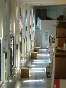 Galerie d'expositions vue de la bibliothèque au premier étage.